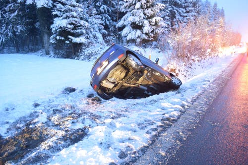 Rothenburg - 12. JanuarEine 22-jährige Frau hat auf der mit schneematchbedeckten Strasse die Kontrolle verloren. Sie rutschte mit dem Auto über die Gegenfahrbahn in einen Strassengraben. Verletzt wurde niemand. (Bild: Luzerner Polizei)
