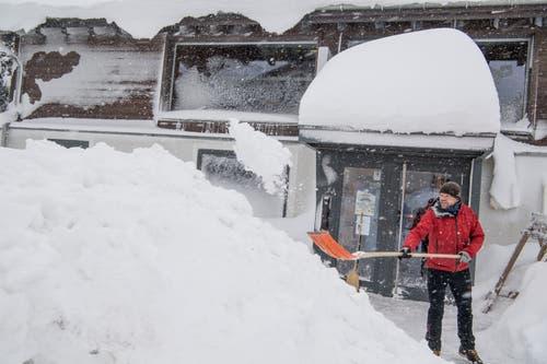 Thomas Simone am Schneeschaufeln. (Bild: Nadia Schärli (Andermatt, 14. Januar 2019))