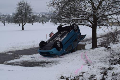 Müswangen - 12. JanuarEine 27-jährige Frau hat auf der schneebedeckten Strasse die Kontrolle über ihr Fahrzeug verloren. Das Auto war mit alten - nicht mehr tauglichen - Winterreifen ausgerüstet. (Bild: Luzerner Polizei)