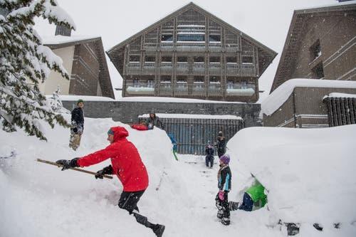 Touristen aus Australien und Neuseeland wollten eigentlich auf Zermatt. Nun sind sie in Andermatt eingeschneit und machen das Beste draus. (Bild: Nadia Schärli (Andermatt, 14. Januar 2019))