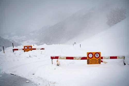 Die Strasse nach Disentis ist gesperrt (Bild: Gian Ehrenzeller / Keystone)
