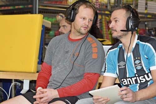 Manuel Sieber (links) kommentierte gemeinsam mit Juliano Fontoura von Faustball Widnau das Spielgeschehen für den Livestream. Ab dem zweiten Satz musste Sieber seinen Platz aber verlassen: Der frühere Diepoldsauer Trainer wurde auf dem Feld gebraucht.