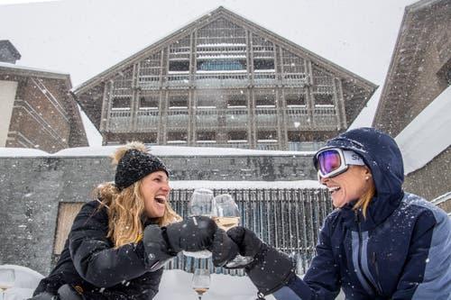 Diese Touristinnen freuen sich über den Schnee. (Bild: Nadia Schärli (Andermatt, 14. Januar 2019))