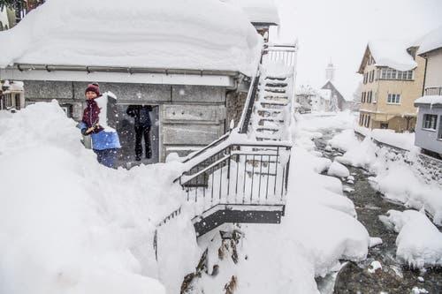 Angestellte am Schneeschaufeln. (Bild: Nadia Schärli (Andermatt, 14. Januar 2019))