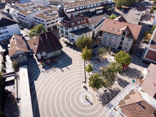 Historisches und Modernes treffen auf dem Langenthaler Wuhrplatz aufeinander. (Bild: KEYSTONE/GAETAN BALLY)