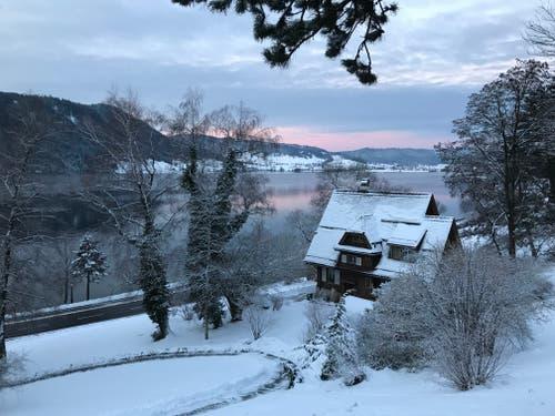 Die Sonne kämpft am Dienstagmorgen gegen die Wolken. (Bild: Enrico Schildknecht, Zug, 15. Januar 2019)