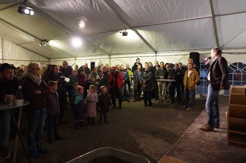 Der Architekt und Stanser Gemeinderat Martin Mathis begrüsst die geladenen Gäste im eigens aufgestellten Festzelt. (Bild pd/Kuno Scheuber, Alpnach, 14. Januar 2019)