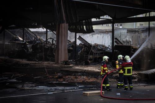 Mehrere Fahrzeuge wurden zerstört. (KEYSTONE/Gian Ehrenzeller, 17.1.2019)