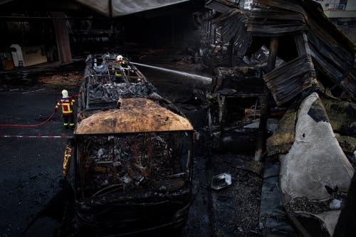 Blick auf zerstörte Fahrzeuge: Beim Brand in einer Einstellhalle von Postauto wurden mehrere Fahrzeuge zerstört, der Schaden geht in die Millionen. (KEYSTONE/Gian Ehrenzeller, 17.1.2019)