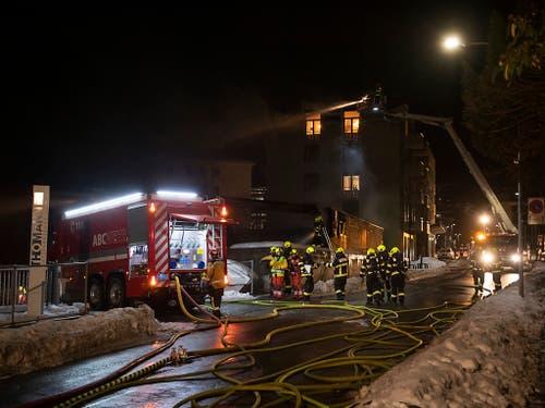 In Chur ist am Mittwochabend die Postauto-Garage in Vollbrand geraten. (Bild: KEYSTONE/GIAN EHRENZELLER)