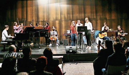 Die FMS Small Band und die KSH Strings interpretierten gemeinsam eine Komposition ihres Lehrers Johannes Eberhard. (Bild: Max Pflüger)