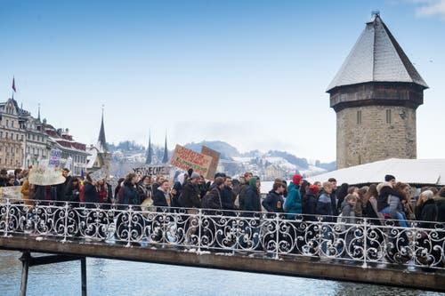 Kurz nach 10 Uhr setzte sich der Tross in Bewegung. (Bild: Boris Bürgisser/LZ (Luzern, 18. Januar 2019))