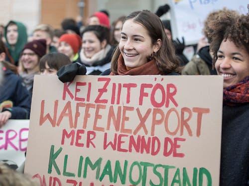 Für das Klima demonstrierende Schülerinnen in Luzern schlagen eine Verbindung zwischen Waffenexporten und Klimanotstand. (Bild: KEYSTONE/URS FLUEELER)