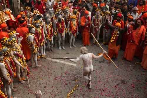Ein Mann tanzt am Kumbh Mela. (Bild: AP Photo/Rajesh Kumar Singh)