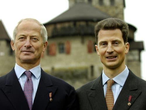 Fürst Hans-Adam II. (links) ist das Staatsoberhaupt des Fürstentums. Die Staatsgeschäfte übergab er 2004 Erbprinz Alois (rechts), seinem ältesten Sohn (Archiv). (Bild: KEYSTONE/EDDY RISCH)