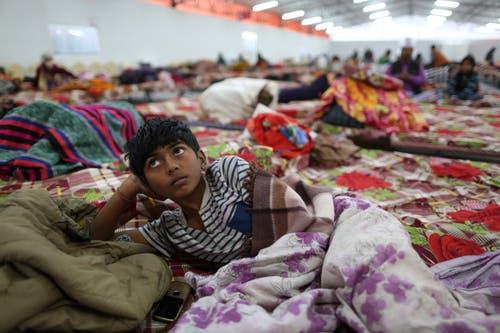 Ein Junge in der Zeltstadt. (Bild: AP Photo/Rajesh Kumar Singh)