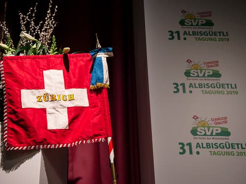 Das Rednerpult ist fest in SVP-Hand: Auf dem Programm stehen Ansprachen von SVP-Übervater Christoph Blocher und Bundespräsident Ueli Maurer. (KEYSTONE/Melanie Duchene) (Bild: KEYSTONE/MELANIE DUCHENE)