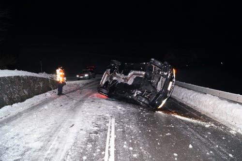 Menzingen - 18. JanuarIn der Nacht auf Freitag verlor eine Autolenkerin auf der schneebedeckten Strasse die Kontrolle über ihr Fahrzeug. Dieses geriet auf eine rund einen Meter hohe Stützmauer, worauf das Auto auf die linke Fahrzeugseite kippte. Die Lenkerin wurde leicht verletzt. (Bild: Zuger Polizei)