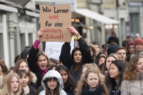 «Wir lernen nicht für eine zerstörte Zukunft», so diese beiden Schülerinnen. (Bild: Boris Bürgisser/LZ (Luzern, 18. Januar 2019))