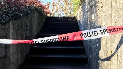 Die abgesperrte Treppe an der Erlinsbacherstrasse in Aarau, nachdem am Vorabend eine 66-jährige Frau niedergestochen wurde.