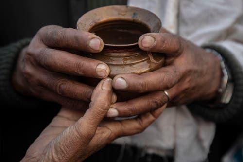«Die Unannehmlichkeiten werden nebensächlich, wenn eine so intensive kollektive Erfahrung den Besucher emotional bestärkt», versuchte Sujata Prasad, Staatssekretärin im indischen Kulturministerium, die Magie der Kumbh Mela 2017 in Worte zu fassen. (Bild: AP Photo/Bernat Armangue)