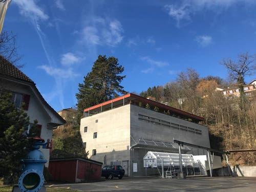 Der Tatort: Die Frau wurde vor ihrem Hauseingang (oben hinter dem Haus) gefunden.