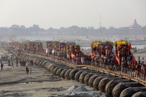 Viele, die sich einmal ins Getümmel der nur alle 12 Jahre im nordindischen Gliedstaat Uttar Pradesh stattfindenden Kumbh Mela gestürzt haben, berichten, dass die Veranstaltung trotz des Massenansturms eine vergleichsweise angenehme Erfahrung ist. (Bild: AP Photo/Rajesh Kumar Singh)