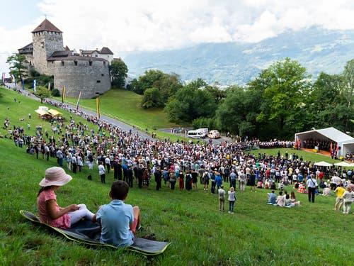 So sieht es aus, wenn sich Liechtensteinerinnen und Liechtensteiner am 15. August zum Staatsfeiertag auf der Schlosswiese versammeln. (Archivaufnahme vom 15. August 2018). (Bild: KEYSTONE/PATRICK HUERLIMANN)