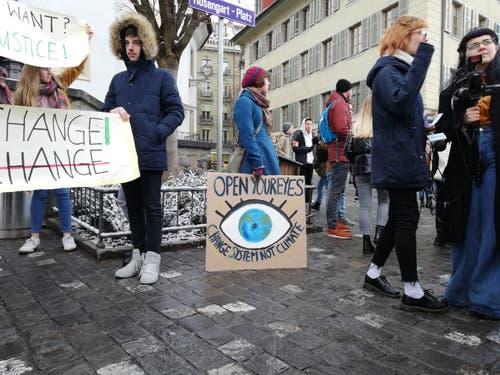 «Öffnet eure Augen» fordert diese Schülerin. (Bild: Sandra Peter/LZ (Luzern, 18. Januar 2019))