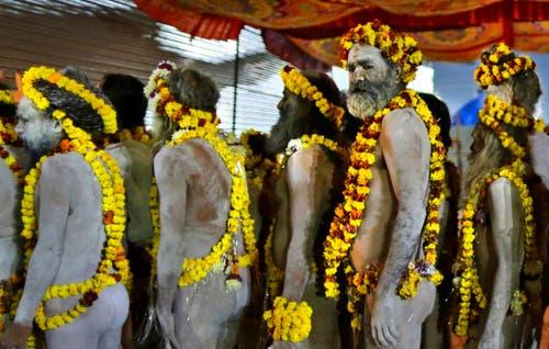 Die Mela (Hindi für «Jahrmarkt») erinnert an einen mythischen Kampf zwischen Göttern und Dämonen. (Bild: AP Photo/Rajesh Kumar Singh)