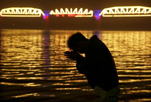 Ein Hindu beim Beten am Fluss. (Bild: AP Photo/Rajesh Kumar Singh)