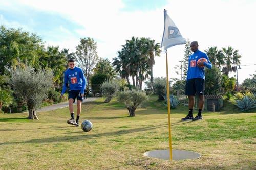 Ruben Vargas (links) und Blessing Eleke beim «Golfen». (Bild: Martin Meienberger (Mijas, 16. Januar 2019))
