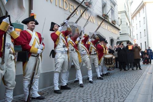 Wenn die Grenadiere der Zunft zu Safran zum Salutschiessen vor dem Restaurant Wilden Mann antreten, hat die Abholung des Fritschivaters definitiv begonnen. (Bild: Dominik Wunderli, Luzern, 19. Januar 2018)