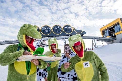 Das Stössler Badewannen-Rennen: Wo Krokodil un Kuh sich finden. (Bild: Nadia Schärli, Stoos, 19. Januar 2019)