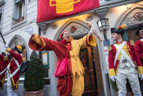 """Brüele!"" der Zunftnarr heizte das Publikum an. (Bild: Dominik Wunderli, Luzern, 19. Januar 2018)"