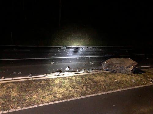 Erstfeld - 1. JanuarDie Gotthardstrasse ist im Gebiet Rynächt mit kleineren und grösseren Steinen verschüttet worden. Aus Sicherheitsgründen wurde die Strasse vorübergehend gesperrt. Als Umfahrung wird die A2 empfohlen. (Bild: Kantonspolizei Uri)