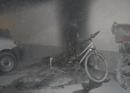 Pfäffikon - 1. JanuarEine im Freien abgefeuerte Feuerwerkspackung setzte in einer Tiefgarage ein Fahrrad in Brand. Anwohner konnten die Flammen rasch mit einem Staublöscher eindämmen. Über 20 Fahrzeuge mussten anschliessend gereinigt werden. Verletzt wurde niemand. (Bild: Kantonspolizei Schwyz)