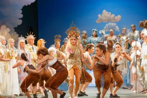Bei den Göttern auf dem Olymp: in der Mitte die neue Sängerin Rahel Bünter als die Jagdgöttin. (Bilder: Gregor Stäuble/PD)