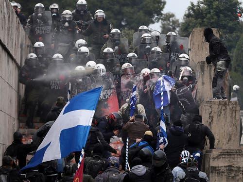 Die Polizei muss eine Gruppe von Demonstranten davon abhalten, zum Parlamentsgebäude durchzubrechen. (Bild: Keystone/AP/Yorgos Karahalis)