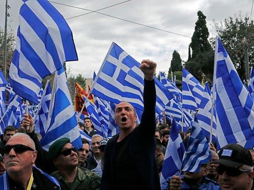 Sie wollen nichts wissen von einem nördlichen Nachbar mit Namen Nordmazedonien. Demonstranten am Sonntag in Athen. (Bild: Keystone/EPA/ORESTIS PANAGIOTOU)