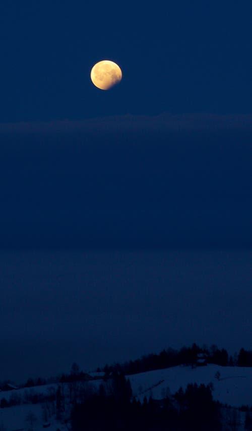 Die Endphase der Mondfinsternis am Montagmorgen bei Trogen. (Bild: Hans Aeschlimann (Trogen, 21. Januar 2019))