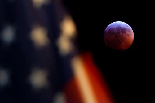 Eine US-Flagge vor dem Mond in Washington.. (Bild: J. David Ake/AP Photo, 20. Januar 2019)