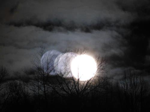 Der Verlauf der Mondfinsternis über Wolhusen (Bild: Josef Lustenberger (Wolhusen, 21. Januar 2019))