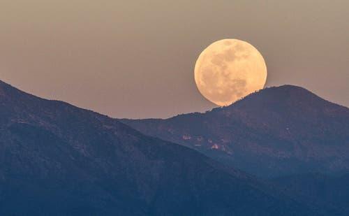 Der Mond geht über der Sierra Zapaliname im Staat Coahuila in Mexico auf. (Bild: Miguel Sierra/EPA (Saltillo, 20 Januar 2019))