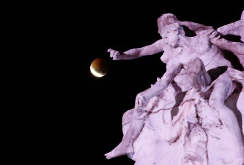 Der Mond hinter dem Denkmal für die Carta Magna und vier Regionen von Argentinien. (Bild: Natacha Pisarenko/AP Photo (Buenos Aires, 20. Januar 2019))