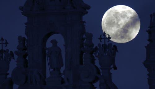 Der Mond über der St. James Statue der Kathedrale von Santiago de Compostela in Spanien. (Bild: Lavandeira jr./EPA, 20. Januar 2019)