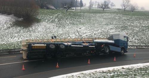 Wolhusen – 21. JanuarAm Montagmorgen kippte im Schwanderholzstutz ein Sachentransportanhänger. Verletzt wurde niemand. Die Strasse musste vorübergehend gesperrt werden. (Bild: Luzerner Polizei)