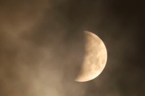 Leider hat der aufkommende Nebel am Sempachersee weitere Fotos der Mondfinsternis verhindert. Aber schon der Eintritt in den Kernschatten um 05.00 Uhr war trotz leichtem Nebel eindrücklich. (Bild: Xaver Husmann (Sempach, 21. Januar 2019))