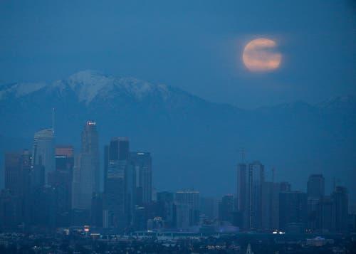 Der Mond über Los Angeles. (Bild: Ringo H.W. Chiu/AP Photo, 20. Januar 2019)))
