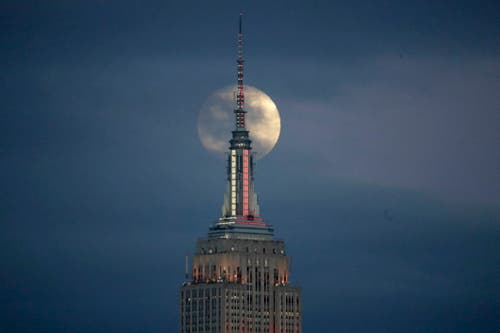 Der Mond über dem Empire State Building (Bild; Julio Cortez/AP Photo (New York, 20. Januar 2019))